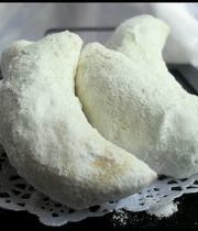 Cornes de gazelles (crescent-shaped almond cookies)