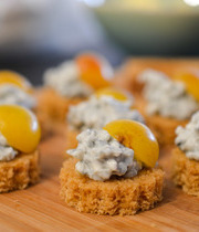 Gingerbread with goat cheese-cherry plum cream