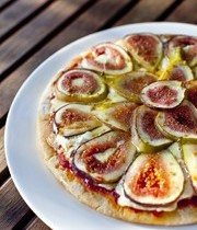 Pizza with goat cheese and fresh figs
