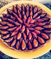 Plum pie with speculoos (ginger) cookies