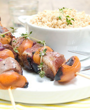 Magret duck skewers with apricots and spice flavored bulgur