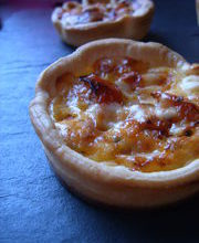 Mini quiche aux tomates séchées et parmesan.
