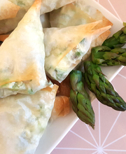 Green asparagus and ricotta samosa