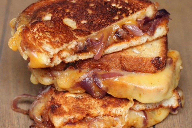 Croque Monsieur A La Poele croque-monsieur oignon fromage et sauce barbecue