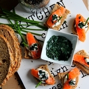 Raw salmon and spiruline petal bites