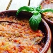 Berenjenas gratinadas con tomate y albahaca