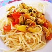 Garlic spaghetti with mussels and tomatoes