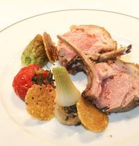 Agneau rôti, petits légumes farcis, jus d'agneau infusé à la sarriette