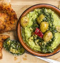 Avocat et pesto aux olives piquantes et croustilles de pita