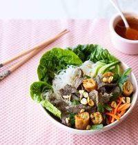 Bò bún (salade vietnamienne au bœuf, nouilles & crudités)