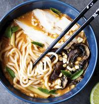 Bouillon thaï aux nouilles ramen, poulet & champignons