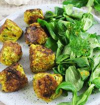 Boulettes de courgette au curry et salade mâche