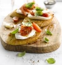 Bruschetta Caprese Mozzarella, tomate & basilic