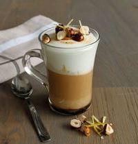 Cappuccino noisette surmontée de sa meringue citron, noisettes caramélisées