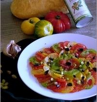 Carpaccio aux Trois Tomates, Ail Noir & Pistaches