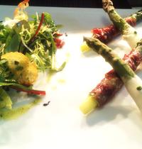 Chaud froid d'asperges, asperges au parme, salade italienne.