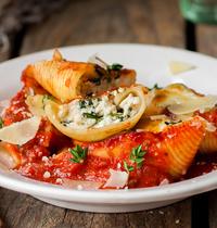 Conchiglionis farcis à la ricotta, tomates et pecorino Romano