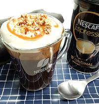 Espresso, mousse de lait, tourbillon de caramel, éclats d'amandes