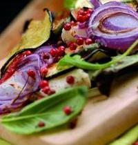 Figues sur lit de légumes croquants