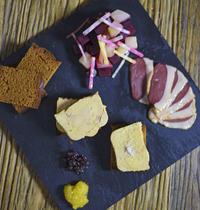 Foie gras de canard mi-cuit, duo de chutney, pain d'épices et méli-mélo de betteraves au magret de canard fumé