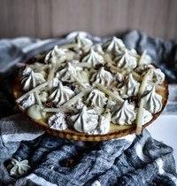 Gâteau aux amandes, ganache chocolat blanc, meringue matcha et chantilly pomme-cannelle