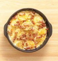 Gratin de pommes de terre, crème à l'ail confit, fromage et lardons