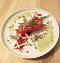 Gravlax de saumon, betterave, poires crues, pickles, sauce à l'aneth et cacahuète