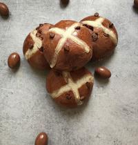 Hot Cross Buns aux poires et chocolat Pâques