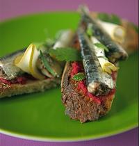 Mouillettes de sardinillas à la poire et au raifort