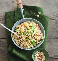Nouilles de riz sautées au tofu et cacahuètes grillées