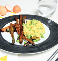 Oeufs brouillés aux petits pois-wasabi et asperges caramélisées