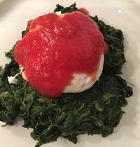 Oeufs pochés, épinards et sauce tomate