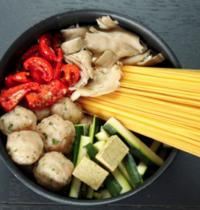One pot pasta spaghetti, boulettes de poulet, pleurotes et tomates confites