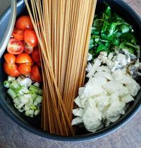 One Pot Pasta Spaghetti Complets, Tomate, Basilic, Mozza & Chèvre Cendré