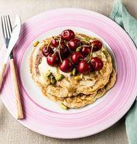 Pancakes aux cerises, crème chocolat blanc et pistaches