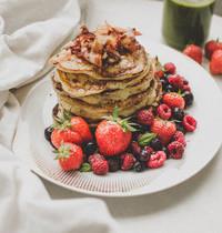 Pancakes fourrés aux fraises, bacon, sirop d'érable et fruits rouges