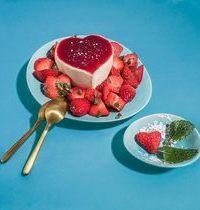 Panna cotta et salade de fraises à la mélisse