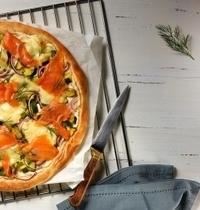 Pizza bianca au saumon fumé et courgettes