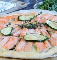Pizza estivale saumon, mozzarella, courgettes