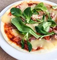 Pizza Tortilla Tomate Basilic, Jambon, Mozza & Mâche Fraîche