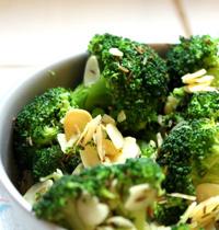 Poêlée de brocolis, amande et graines à roussir