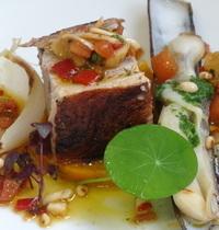 Poitrine de porc fermière rôtie et couteaux, écrasé de courge sauce vierge