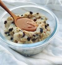 Porridge poire, éclats cacao et peanut butter