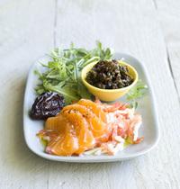 Pruneaux enracinés au raifort, tomate rapée et saumon frais.