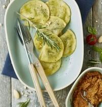 Ravioles au romarin, farce aubergine-mozzarella et pesto rosso