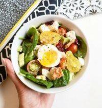 Salade Bowl Tomate, Avocat, Feta, Cranberries & Oeuf Coulant