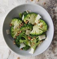 Salade brocolis pignons parmesan