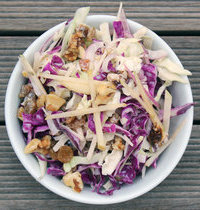 Red cabbage salad with apple and Roquefort