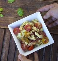 Salade de pâtes aux légumes d'été, vinaigrette umami au parmesan