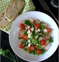 Salade de Petits Pois, Radis, Tomates et Feta de Chèvre, Vinaigrette à la Cardamome & au Safran
